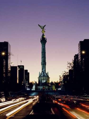 La CIUDAD DE MÉXICO tiene un PIB de 470,000 millones de dólares, lo que la convierte en la octava ciudad más rica del mundo. De ser considerada un país, la ciudad ocuparía el puesto número veintiséis en los países más ricos del mundo.