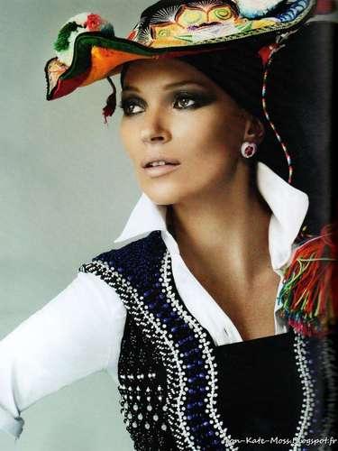La rubia ocultó su melena bajo tocados y sombreros coloridos.