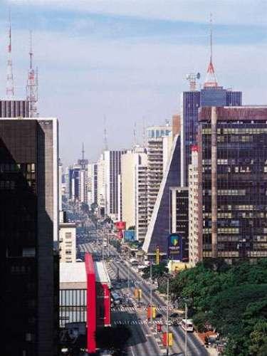 Es el principal centro financiero de Brasil. Algunas fuentes la ubican como la mejor ciudad para hacer negocios en el continente latinoamericano. Es llamada por los brasileños como \