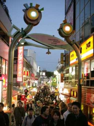 En conjunto Tokio forma una de las 47 prefecturas de Japón, aunque su denominación oficial es metrópolis o capital. La ciudad es el centro de la política, economía, educación, comunicación y cultura popular de ese país.
