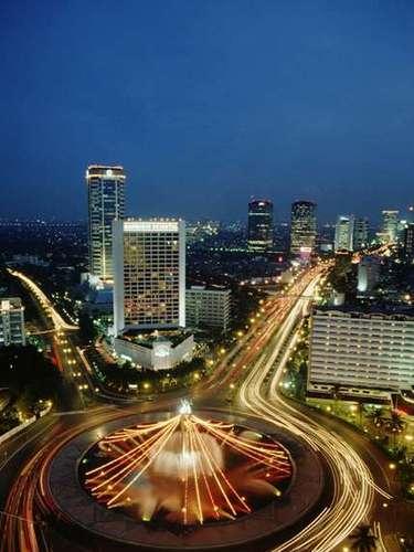 Del continente asiático también figura YAKARTA, Indonesia, con un total de 22, 000, 000 habitantes. Yakarta es considerada como una de las ciudades de más rápido crecimiento a nivel mundial, y el centro económico de Indonesia.