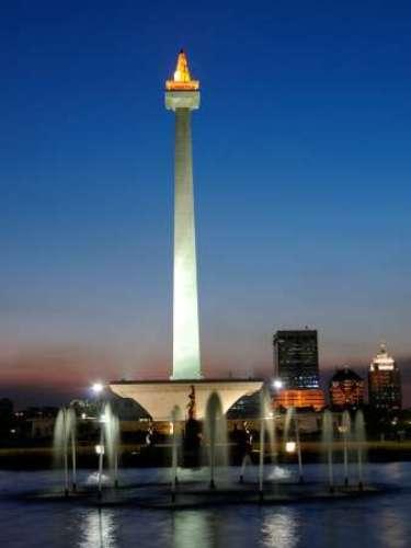 Como capital política y económica de Indonesia, Yakarta atrae a muchos turistas extranjeros y también domésticos. Por ello, Yakarta es una ciudad cosmopolita y con una cultura muy diversa.