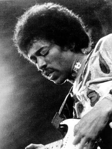 El guitarrista Jimi Hendrix murió asfixiado en su propio vómito después de una sobredosis de pastillas para dormir.