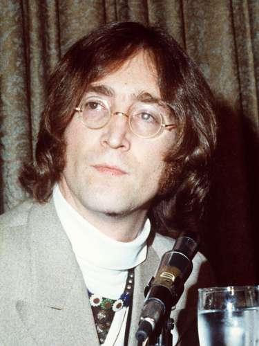 El cantante y compositor John Lennon, del grupo The Beatles, fue asesinado de cuatro disparos en Nueva York el 8 de diciembre 1980.