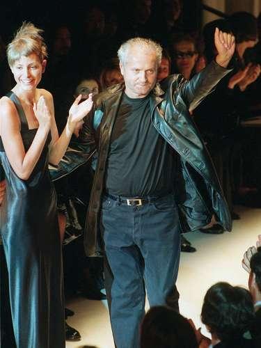 El reconocido diseñador de moda italiano Gianni Versace murió de un tiro el 15 de julio de 1997