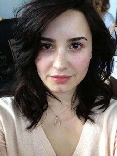 Luego de prender las pasiones apareciendo casi desnuda en la portada de su nuevo disco, Demi Lovato se mostró al natural, sin una gota de maquillaje en un foto que compartió con sus seguidores en Twitter. Junto a la imagen, la cantante mandó este mensaje inspirador: \