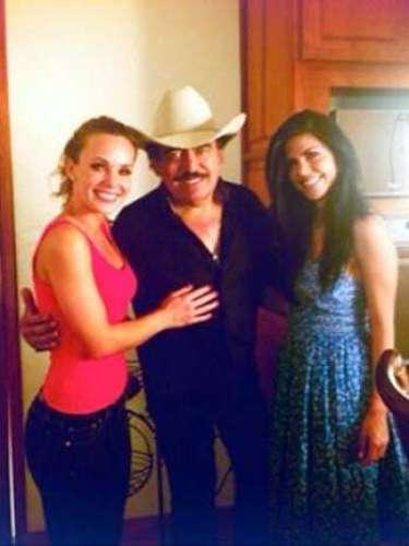 Joan Sebastian tuvo la dicha de grabar el video de la canción 'La Derrota', junto a dos guapísimas mujeres: Jessica Coch y África Zavala.