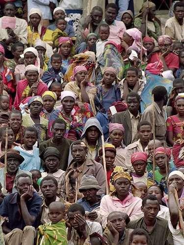 A raíz de esa medida, la frustración de los hutus creció y se sublevaron en 1959, asesinando a miles de tutsis. Los sobrevivientes huyeron en masa a los países vecinos. Fue el presagió de una masacre muchas veces más atroz.