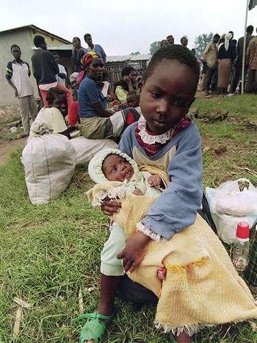 Se puede decir que todos los niños y las niñas del Ruanda fueron testigos de la brutal masacre. Miles de menores de edad fueron víctimas de brutalidades y violaciones; otros miles más, algunos de sólo siete años, fueron obligados a participar en operaciones militares y a cometer actos violentos en contra de su voluntad.