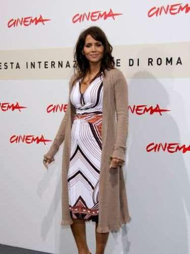 Antes de que se rompiera el encanto de su primer amor, así lució Halle Berry su primer embarazo, asistiendo al Festival de Cine de Roma el 26 de octubre de 2007 en Roma, Italia, ya con barriguita.