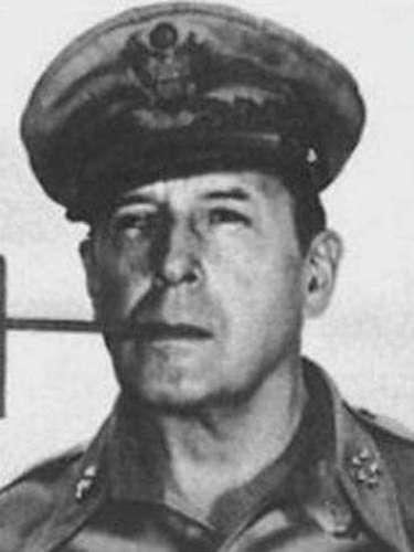 El General Douglas MacArthur fue un militar estadounidense que el cual puede haber reencarnado en Bruce.