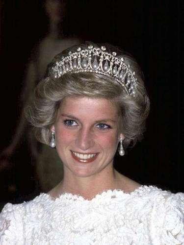 Hasta la recién llegada a la familia Diana de Gales comenzaron a elevar el volumen de su pelo casi hasta crear tupés inamovibles.