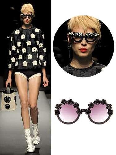 Prada apuesta por la moda oriental y lleva su iconografía hasta sus gafas de sol. Y si Prada dice que hay que llevar flores en las gafas, se llevan. Bershka reinventa el motivo floral con estas gafas redondas (c.p.v.).