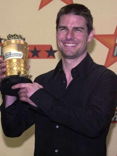 Mucho 'bling blibg' para Tom Cruise en el año 2001. ¿Qué era más brillante: la sonrisa del actor de 'Mission Impossible' o el premiecito que traía en sus manos?