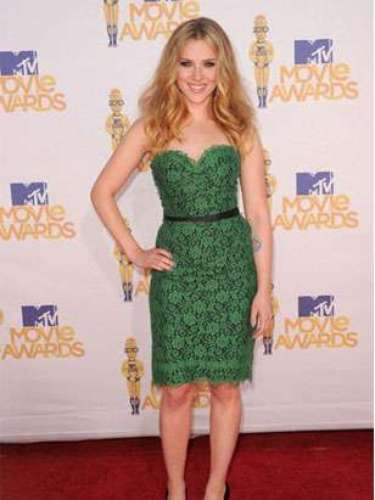 2010 - Scarlett Johansson. El verde es un buen color para ella. Su vestido strapless de encaje es romántico y elegante, además los toques en negro resultan muy adecuados. La correa en cinta delgada y los detalles resaltaron su belleza.