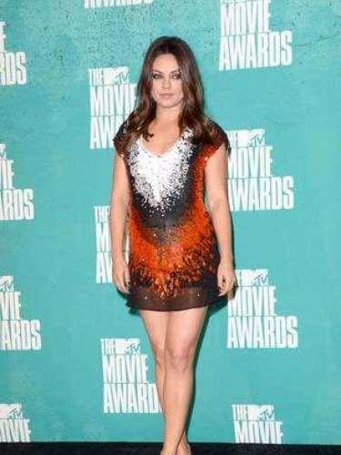 2012 - Mila Kunis. ¡Muy chic! Acertó al escoger este mini-vestido salpicado por blanco y naranja. Lució espectacular con el este estilito que destacaba lo mejor de su figura, sin estar pegado a la piel.