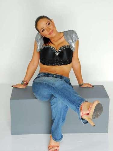 Ely Castro es una conductora de televisión quién tiene a su cargo un programa de música