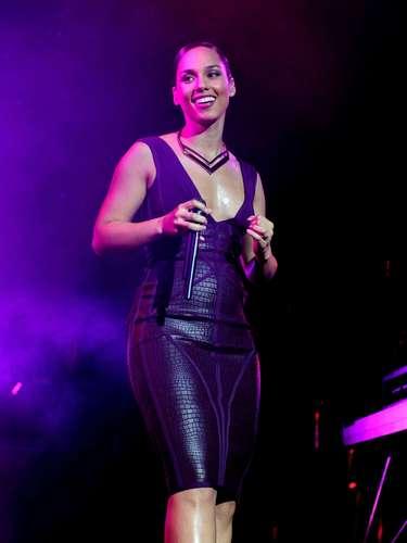 Alicia Keys. Es una mujer con una inocente y genuina belleza que combina sangre afroamericana, escocesa, italiana e irlandesa. Es una diosa de la canción de aspecto femenino y glamoroso.