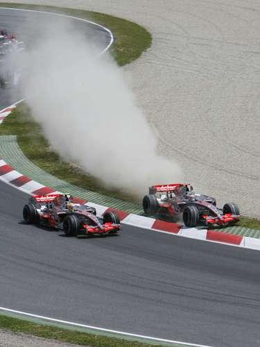 En la actualidad, Fernando Alonso y Lewis Hamilton, son rivales en equipos distintos, pero en el 2007 ambos manejaban para McLaren. Lewis estaba en su año de novato y estaba contento de llegar a un equipo donde no tuviera a alguien tan competitivo como Jarno Trulli (GP2) y se encontró con el español Alonso. Hamilton llamó poderosamente la atención desde su primera carrera por debutar con un podio. Posteriormenteen Hungría, Alonso se quedó detenidoa propositoen los pits, paraperjudicarla clasificación deHamilton. Alonso abandonó McLaren a fines de ese año, pero la rivalidad entre ambos se mantuvo por algunas temporadas más.