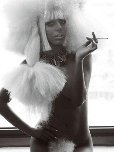 En su desnudo más reciente, Lady Gaga se quitó todo para la intrépida lente del fotógrafo Mario Testino.