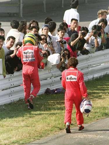 Ayrton Senna y Alain Prost protagonizaron la rivalidadmás marcada entre compañeros de una escudería en la F1. Fue en McLaren entre 1988 y 1989, cuandoel brasileño y el francés compartieron equipo. En el ´88, de 16 carreras, 15 fueron de McLaren, ocho para Senna y siete para Prost y el título fue para Ayrton, pero un año más tarde, Prost se coronaría gracias a una maniobra del sudamericano sobre el galo en la chicana Casio de Suzuka y que a la postre significó la descalificación del entonces campeón. La rivalidad siguió años después, con más polémicas, incluso con Prost en Ferrari, y duró hasta el retiro del francés en el GP de Australia de 1993.