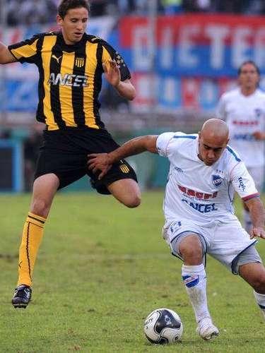 Gastón inició su carrera en el Peñarol, debutando en Primera División a los 17 años;sólo jugó dos temporadas con el club charrúa.