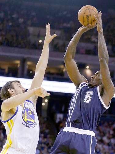 Thunder vs. Warriors:Kendrick Perkins intenta un disparo ante la marca deAndrew Bogut.