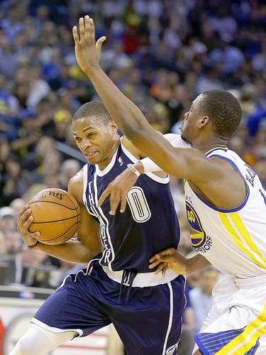 Thunder vs. Warriors:Russell Westbrook (0) se quita la marca deHarrison Barnes.