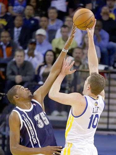 Thunder vs. Warriors:Kevin Durant bloquea el tiro a la canasta deDavid Lee.