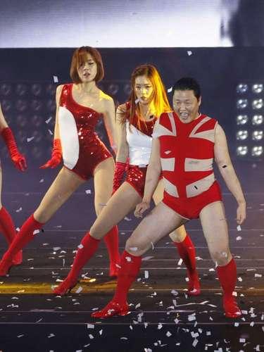 El estilo descarado de Psy -en el concierto bailó una canción de Beyonce con un body muy corto- contrasta fuertemente con las pulidas estrellas que dominan el pop coreano, cuya presencia en el escenario mundial es creciente.