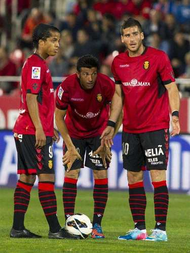 Los jugadores del RCD Mallorca, el delantero israelí Tomer Hemed, el delantero mexicano, Giovani Dos Santos (i), y Pep Lluís Martín durante el partido de la trigésimo primera jornada de Liga de Primera División disputado ante el Celta de Vigo esta noche en el Iberostar Estadio