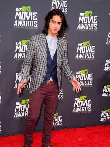 Avan Logia actor de cine y televisión canadiense conocido por su papel como Beck Oliver en la serie de Nickelodeon, Victorious con Victoria,lucio sensacional en la alfombra roja de los MTV Movie Awars 2013.