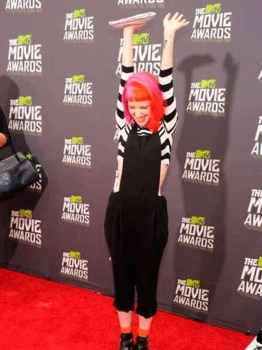 La cantante de Paramore parecía un personaje sacado de una película de Tim Burton. ¡Nada acertado para la ocasión!