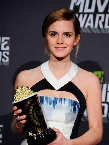 Emma Watson ha escogido para la ocasión un minivestido de Maxime Simoens, muy elegante en tonos blancos, azules y negros.