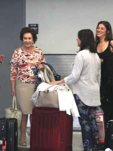 Ambas mujeres cargaron con su equipaje hasta la entrada del aeropuerto, donde minuos más tarde un coche las llevó a su destino.