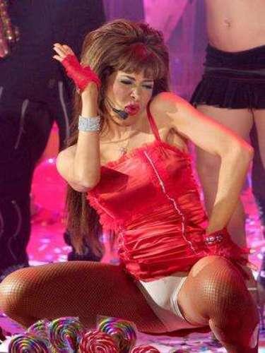 Gloria Trevi se emocionó tanto que no se dió cuenta que mostraba las pantys, mientras hacía un deslumbrante bailecito, en el programa \