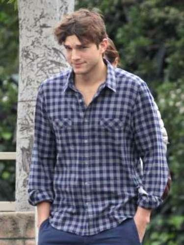 Ashton Kutcher sufre una alteración genética en su pie derecho. El novio de Mila Kunis nació con dos de sus dedos unidos por una membrana. Una particularidad de la que él no duda en presumir.