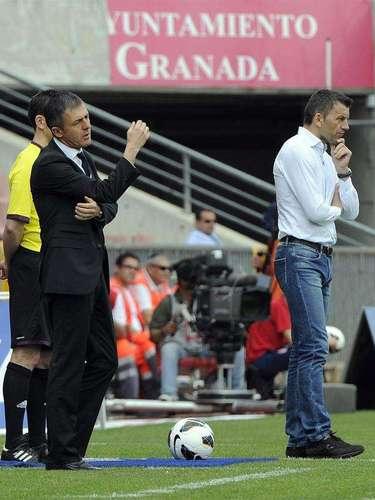 Los entrenadores del Granada Lucas Alcaraz y del Valladolid, el serbio Miroslav Djukic (d) durante el partido correspondiente a la trigésimo segunda jornada de liga que disputan en el Estadio de los Cármenes, en Granada.