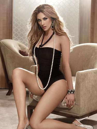 La actriz Aracely Arámbula volvió a protagonizar una candente sesión de fotos para una publicación masculina tras años de no hacerlo.