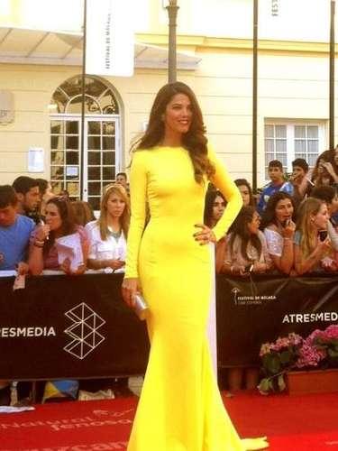 Con un vestido de un atrevido color amarillo ha acudido la actriz Juana Acosta a la gala de clausura del XVI Festival de Málaga.