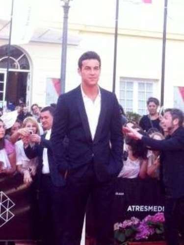 Mario Casas, galardonado con laBiznaga de Plata al Mejor Actor, ha revolucionado a las presentes a su llegada a la alfombra roja del Festival de Málaga.