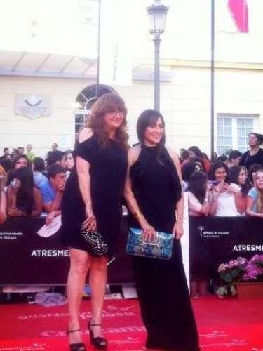 Isabel Coixet y Candela Peña posan juntas a su llegada a la gala de clausura del Festival de Málaga.