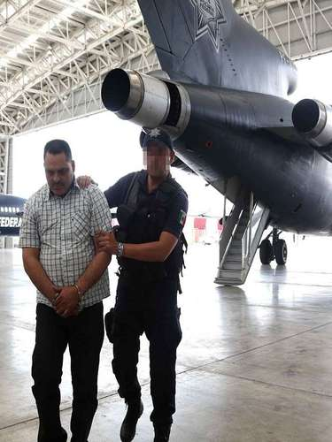 Junto con Coronel Barrera fueron detenidos Juan Elías Ruiz Beltran, de 25 años; Jose Heriberto Beltrán, de 23 años; Bernardo Ríos Morales, de 50 años, además del aseguramiento de dos vehículos y 32 paquetes que contenían 255 kilos marihuana, cuatro armas largas, una corta, cargadores y decenas de cartuchos útiles.