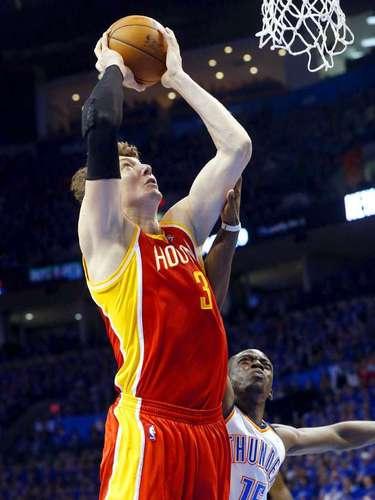 Rockets vs. Thunder:Omer Asik (3) clava el balón ante la marca deReggie Jackson (15).