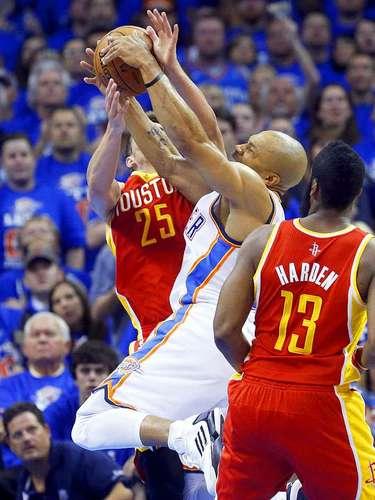 Rockets vs. Thunder:Chandler Parsons (25) bloquea el intento de disparo de Derek Fisher.