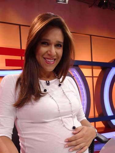 Verónica Linares. La periodista recientemente dio a luz por cesárea a un saludable bebé, fruto de su relación con Alfredo Rivero Nieto. El heredero lleva por nombre Fabio Daniel y trajo a la pareja mucha dicha y alegría.