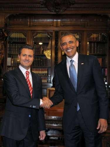 Fotografía cedida por Presidencia de México del mandatario de ese país, Enrique Peña Nieto (izquierda), estrechando la mano de su homólogo de Estados Unidos, Barack Obama (derecha), el jueves 2 de mayo de 2013, en el Palacio Nacional de Ciudad de México.