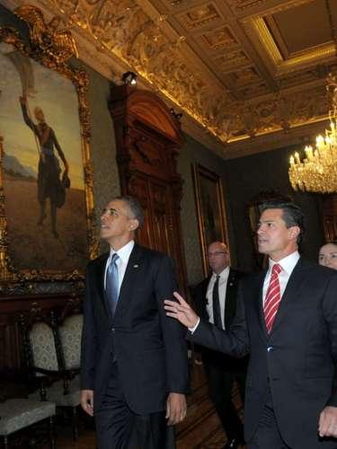 Fotografía cedida por Presidencia de México del mandatario de ese país, Enrique Peña Nieto (derecha), mostrándole el Palacio Nacional a su homólogo de Estados Unidos, Barack Obama (izquierda), el jueves 2 de mayo de 2013, en el Palacio Nacional de Ciudad de México.
