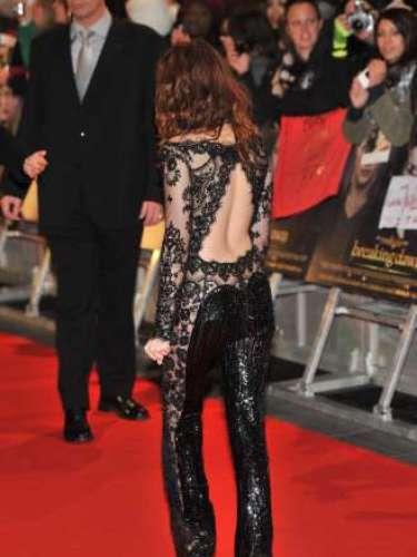 ...en el estreno de 'Amanecer II' en Londres, cautivó al mundo enfundada en un sensual mono de color negro, con la espalda al aire y con zonas transparentes que si no hubiese sido por el encaje del propio diseño sus intimidades estarían hoy al descubierto.