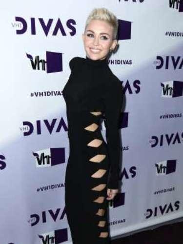 En 2012, Miley Cyrus apareció en la alfombra roja con un diseño negro de cuello alto. Un look muy discreto si no llega a ser por los recortes que el modelo lucíaa los laterales.